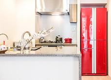 冷蔵庫を差し色で強調して。